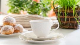 Nowości Wielkanocne Dom, LIFESTYLE - Wielkanocna uczta jest wspaniałą okazją do spędzenia spokojnego czasu z rodziną i przyjaciółmi. Stół wielkanocny jest wizytówką domu, powinien on być odświętny i wiosenny. Wybierz delikatną zastawę w kolorze bieli i piękne kieliszki na jajka.